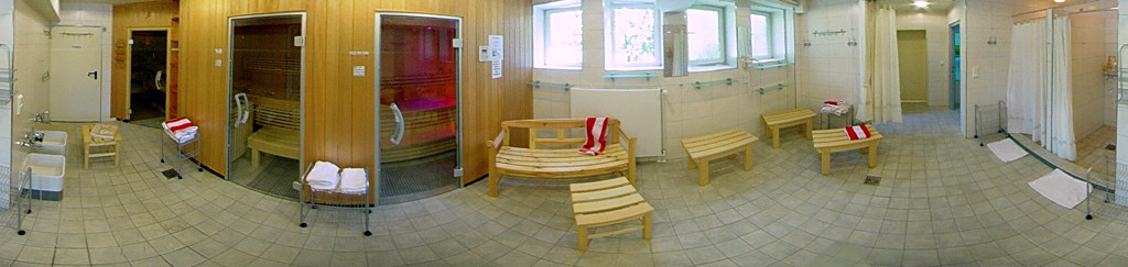 Saunabereich mit Umkleide, Duschen und Fußbäder